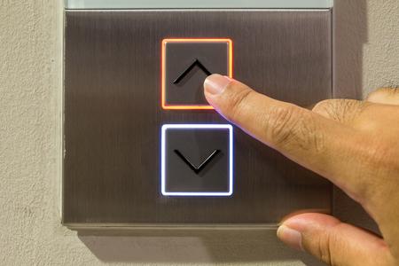 mano derecha: Bot�n del ascensor con la mano derecha Foto de archivo