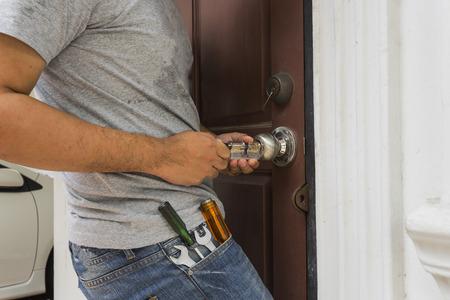Schlosser versuchen, die Tür mit Schlüssel Maker-Tool und Schraubenzieher zu öffnen - verwenden können, um ein Produkt zu zeigen oder Montage Standard-Bild - 62287628