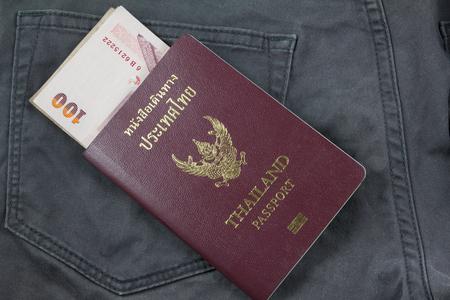 bolsa dinero: dinero de bolsillo en los pasaportes para viajar