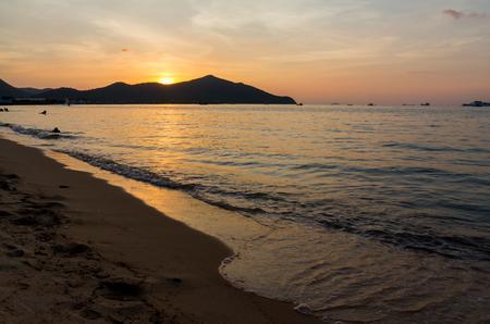 해변과 산 배경에 프리 바다 파도 스톡 콘텐츠