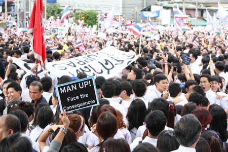 af: BANGKOK - 7 Kasım: Bir protestocu, hükümetin Bangkok, Tayland 7 Kasım 2013 tarihinde Asok kavşağı yakınında istasyonlarda altında en af yasası iptal edilecek bir hükümet karşıtı miting çağrısı katıldı. Editöryel