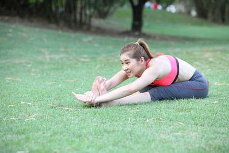 dorsal: Yoga - joven instructor de la mujer hermosa de la yoga que hace sentado flexi�n hacia delante o Intense Dorsal estiramiento plantean asana (Paschimottanasana) Foto de archivo