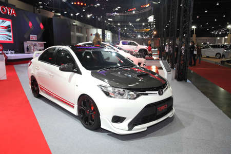 modificar: BANGKOK - 24 de junio: Toyota Vios con modificar el conjunto de TRD con el coche en la exhibici�n en Bangkok International Auto Salon 2015 el 24 de junio, 2015 en Bangkok, Tailandia.