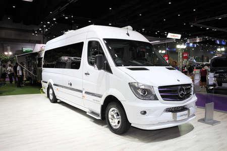 modificar: BANGKOK - 04 de agosto: vehículo Mercedes Benz modificar por Airstream en exhibición en la venta de Big Motor el 4 de agosto, 2015, en Bangkok, Tailandia.