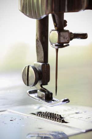 maquinas de coser: la m�quina de coser y el tema de la ropa, Detalle de m�quina de coser y accesorios de costura, m�quina de coser vieja.