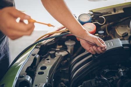 Automonteur die olie controleert
