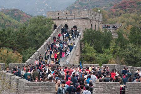 Molti visitatori passeggiate sulla grande parete al fine settimana La Grande Muraglia della Cina è la struttura artificiale più lunga del mondo