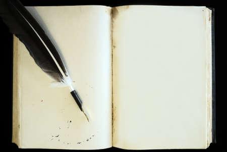 libros abiertos: Libro viejo página en blanco y pluma de la pluma Foto de archivo