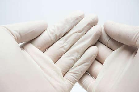 desechables estériles guantes blancos sobre fondo blanco