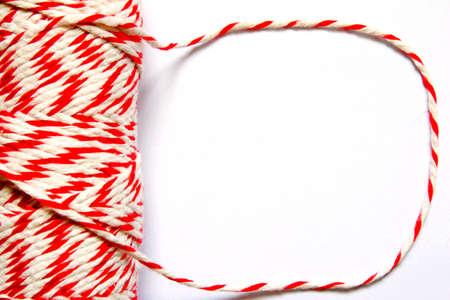 hilo rojo: hilo blanco y rojo en el fondo blanco