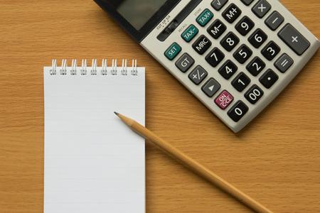 cuadro sinoptico: Calculadora, bloc de notas y un lápiz para calcular Foto de archivo