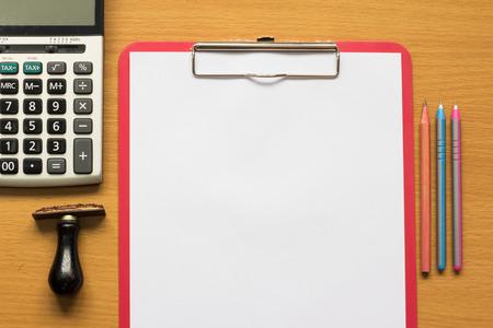 cuadro sinoptico: Papel en los archivos de la calculadora, sello de goma, pluma y lápiz