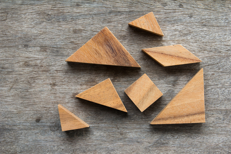 Tangrampuzzlespiel Warten auf komplett auf Holztisch