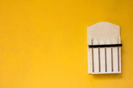 黄色のコンクリート背景に木製のブック ボックス 写真素材