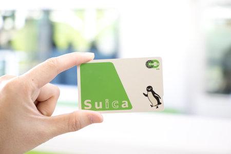 Tokyo, Giappone - 23 aprile 2017: L'uomo tiene il passaggio Suica con lo sfondo sfocato, Suica è una carta prepagata per viaggiare con treno, autobus e shopping in Giappone. Archivio Fotografico - 79206593