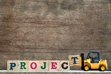 Speelgoed plastic vorkheftruck vasthouden blok T om het formulierproject samen te stellen en te vervullen