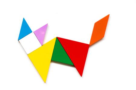 Houten tangram puzzel van de kleur in kattenvorm op witte achtergrond Stockfoto