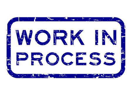 Grunge azul trabajo en proceso cuadrado sello de sello de goma sobre fondo blanco.