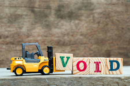 Yellow toy forklift hold letter block V to complete word void on wood background Banco de Imagens - 109795302