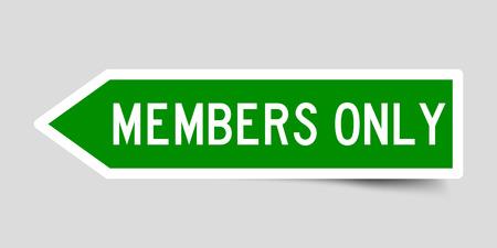 Etichetta l'adesivo a forma di freccia di colore verde come membri della parola solo su sfondo bianco