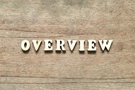 Blocco di lettere nella panoramica delle parole su uno sfondo di legno Archivio Fotografico