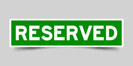 Grüner Farbaufkleber im Wort reserviert auf grauem Hintergrund