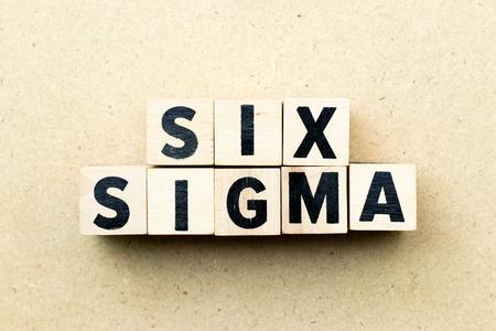 Buchstabenblock im Wort Six Sigma auf Holzhintergrund Standard-Bild