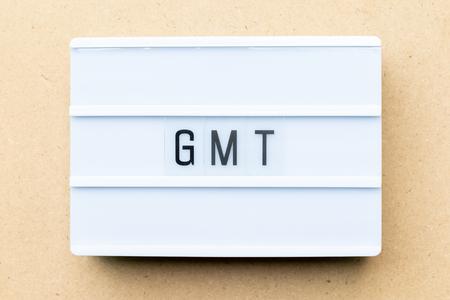 Lightbox blanc avec mot GMT (abréviation de Greenwich Mean Time) sur fond de bois Banque d'images