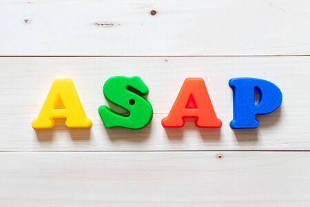 Blok literowy w słowie ASAP (skrót od jak najszybciej) na białym tle drewna