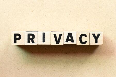 Buchstabenblock in Wort-Privatsphäre auf Holzhintergrund