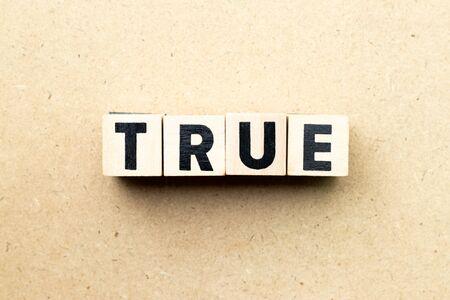 Letter block in word true on wood background Stok Fotoğraf - 129249660
