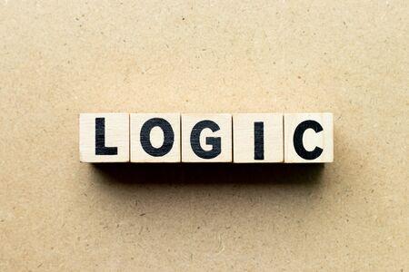 Buchstabenblock in Wortlogik auf Holzhintergrund