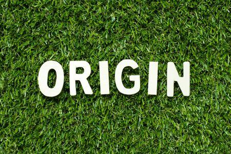 Lettre de l'alphabet en mot sur fond d'herbe verte artificielle
