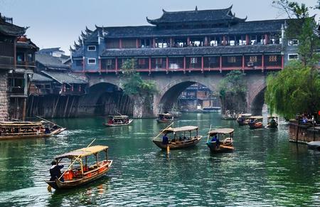 Hunan, CHINA - 22 oktober: Oude huizen in Fenghuang County op 22 oktober 2013 in Hunan, China. De oude stad van Fenghuang werd toegevoegd aan de UNESCO World Heritage Voorlopige Lijst in het Cultureel categorie.