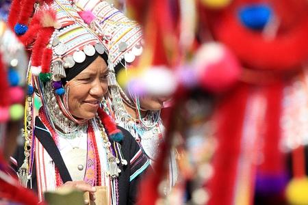 CHIANG MAI, THAILAND - 2013 년 12 월 31 일 : 전통적인 옷에 미확인 된 Akha 원주민 부족 여자. 아시아 소수 민족 그룹. 태국 북부의 인기있는 관광 여행지