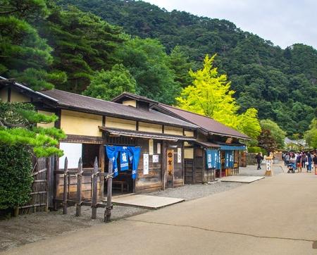 日光江戸村日光江戸村は、江戸期間 16031868 の間に日本の町の暮らしを再現する歴史テーマパークです。