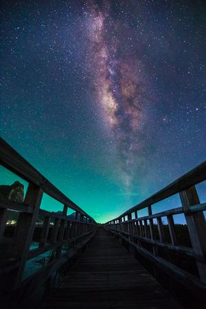 Een nachtelijke hemel vol met ster en zichtbare melkweg