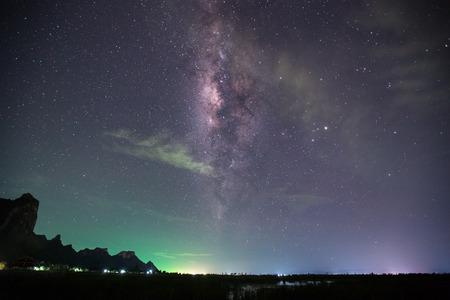 Een nachtelijke hemel vol sterren en zichtbare Melkweg Stockfoto