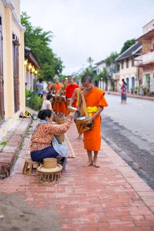 limosna: Recogida de las limosnas del luang, prabang, laos