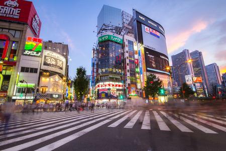 TOKYO - 9 september: leven van de straat in Shinjuku 9 september 2013. Shinjuku is een speciale afdeling gevestigd in Tokio Metropolis, Japan. Het is een belangrijk commercieel en administratief centrum Redactioneel
