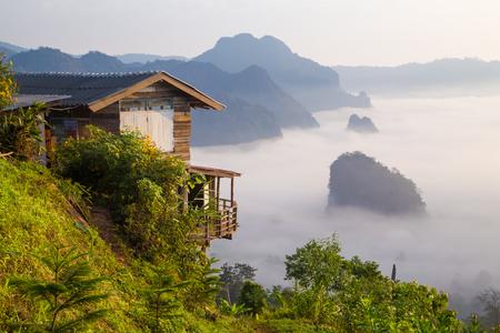 テレメトリー州、タイでプーランカ国立公園での小さな家