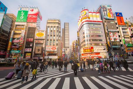 TOKYO - 28 maart: leven van de straat in Shinjuku 28 maart 2016 Shinjuku is een speciale afdeling gevestigd in Tokio Metropolis, Japan. Het is een belangrijk commercieel en administratief centrum