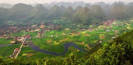 Padieveld in vallei rond met de mening van het bergpanorama in Bac Son-vallei, Lang Zoon, Vietnam