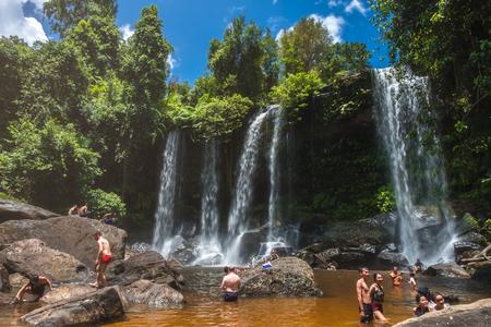 SIEM REAP, CAMBODJA - JULI 12, 2017: Lokale bevolking die bij Phnom Kulen-waterval in het Nationale Park van Phnom Kulen, Kambodja zwemmen