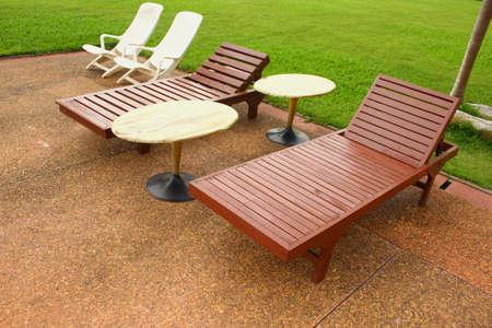 Arrangiert Stühlen neben Schwimmbad Standard-Bild