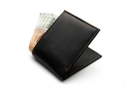 Leder-Geldbörse mit Geld isoliert auf weißem Hintergrund