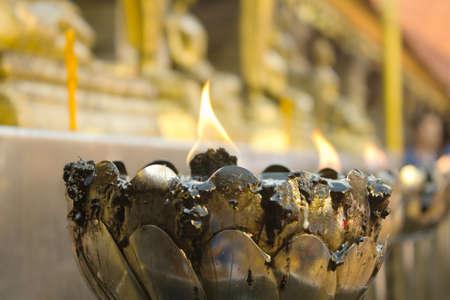 sacramentale: Luce Sacramentale delle candele nel tempio buddista di Wat Doi Suthep, Chiang Mai, Thailandia