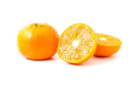 naranja fruta: Fruta rebanada de naranja en el fondo blanco
