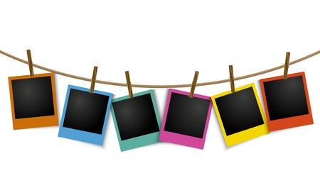 ropa colgada: Foto colorida marcos vacíos colgando de una cuerda con el pin Vectores