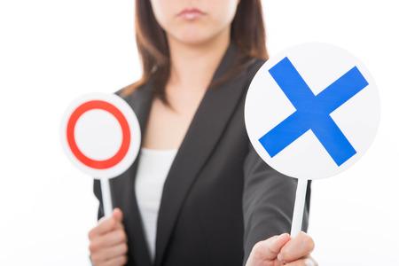 Jonge zakenvrouw zien met geen enkel teken op een witte achtergrond Stockfoto